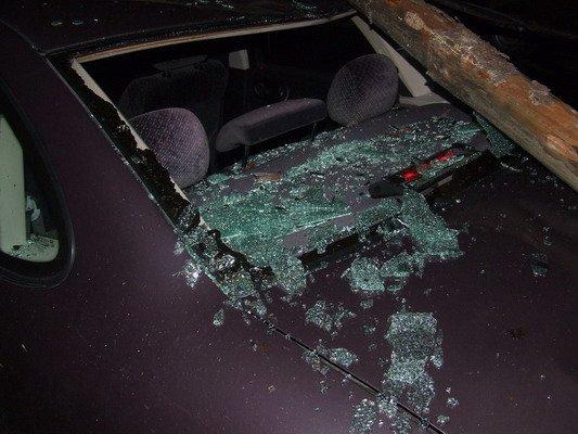 Возле строящегося магазина на ул. Брикеля столб электроснабжения упал на автомобиль (Фото), фото-1