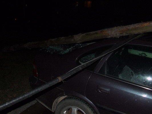 Возле строящегося магазина на ул. Брикеля столб электроснабжения упал на автомобиль (Фото), фото-2