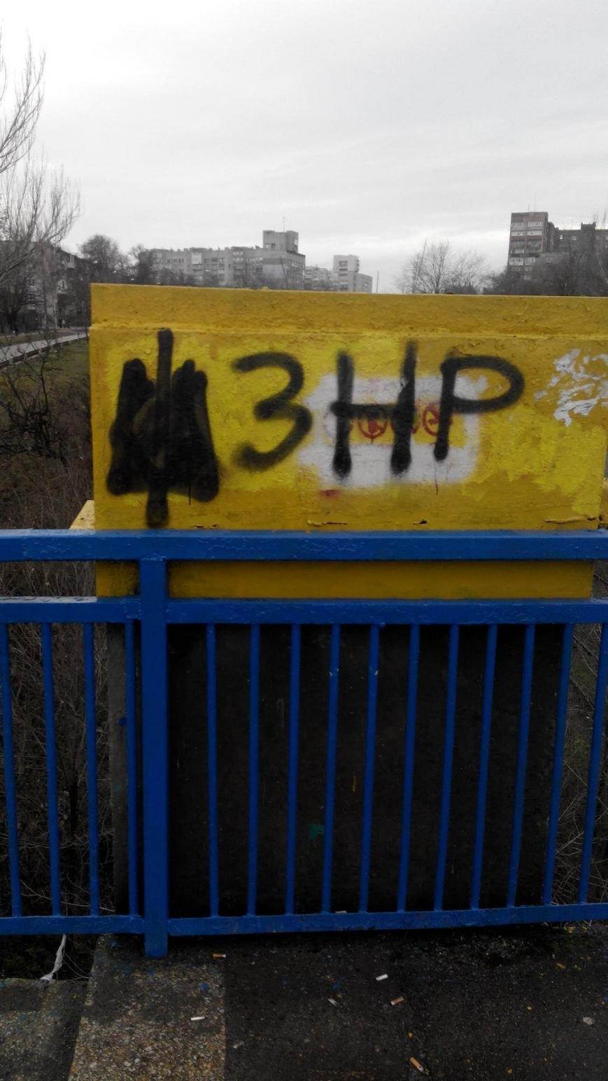 ФОТОФАКТ: В Запорожье надписи сепаратистов остаются без внимания коммунальщиков, фото-1