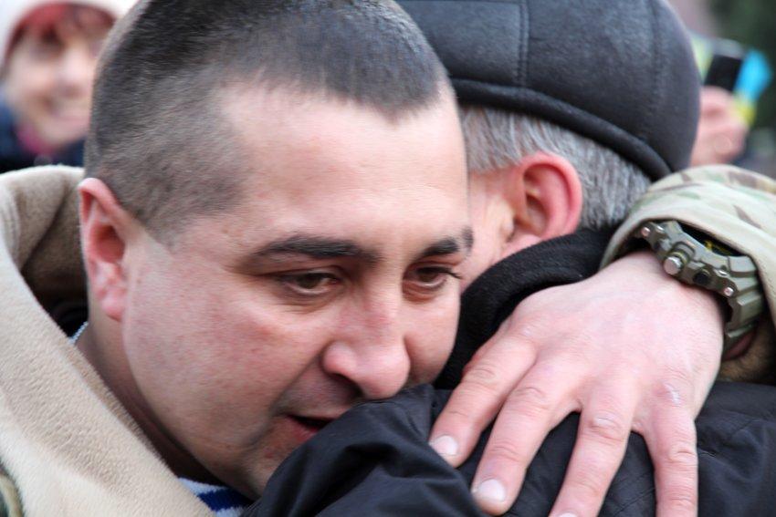 У Львові Героїв АТО зустріли вдома зі сльозами та хвилиною мовчання за побратимами, які вже не повернуться (ФОТОРЕПОТАЖ) (фото) - фото 15