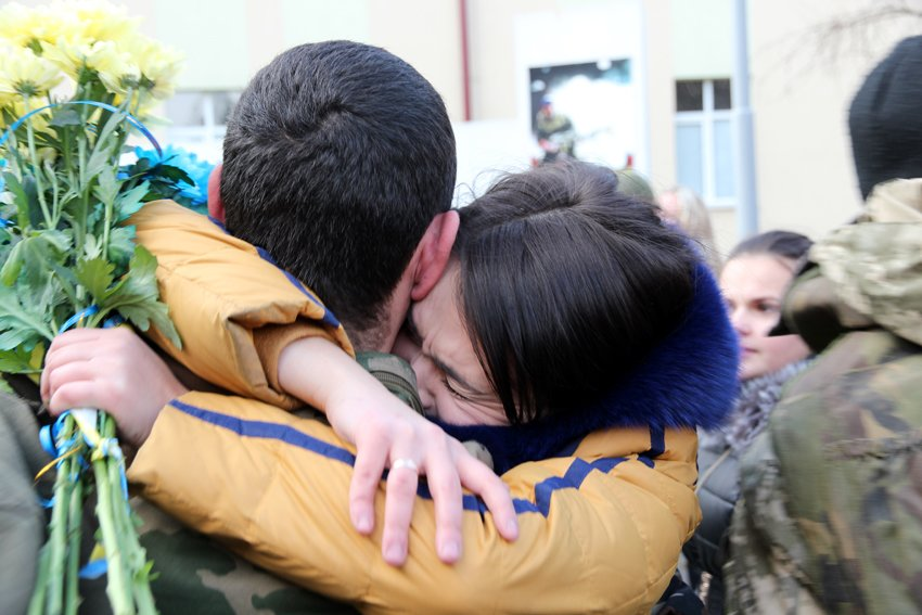 У Львові Героїв АТО зустріли вдома зі сльозами та хвилиною мовчання за побратимами, які вже не повернуться (ФОТОРЕПОТАЖ) (фото) - фото 21
