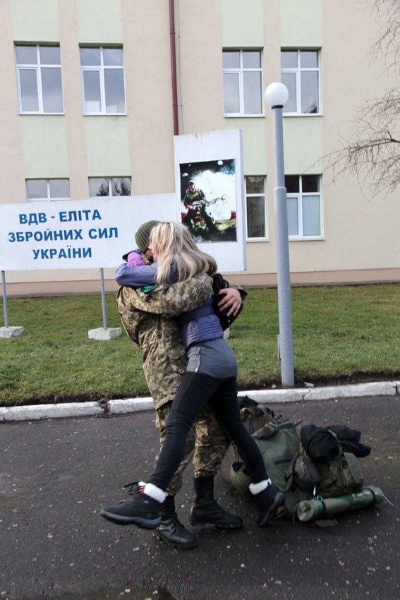 У Львові Героїв АТО зустріли вдома зі сльозами та хвилиною мовчання за побратимами, які вже не повернуться (ФОТОРЕПОТАЖ) (фото) - фото 24