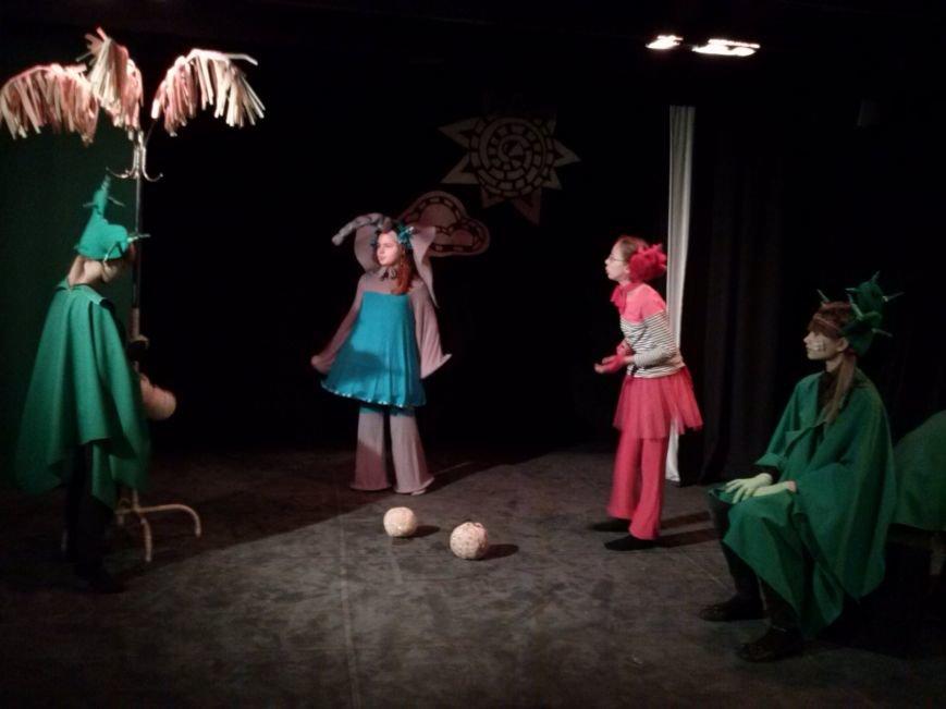 В театре-студии «10-й квартал» прошел спектакль «38 попугаев» для детей из многодетных семей (фото) - фото 1