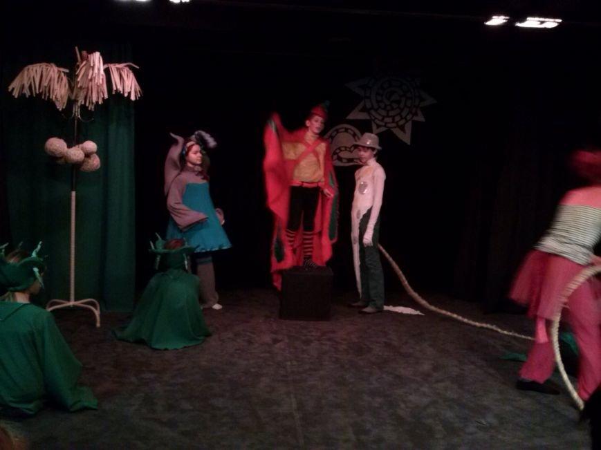 В театре-студии «10-й квартал» прошел спектакль «38 попугаев» для детей из многодетных семей (фото) - фото 2