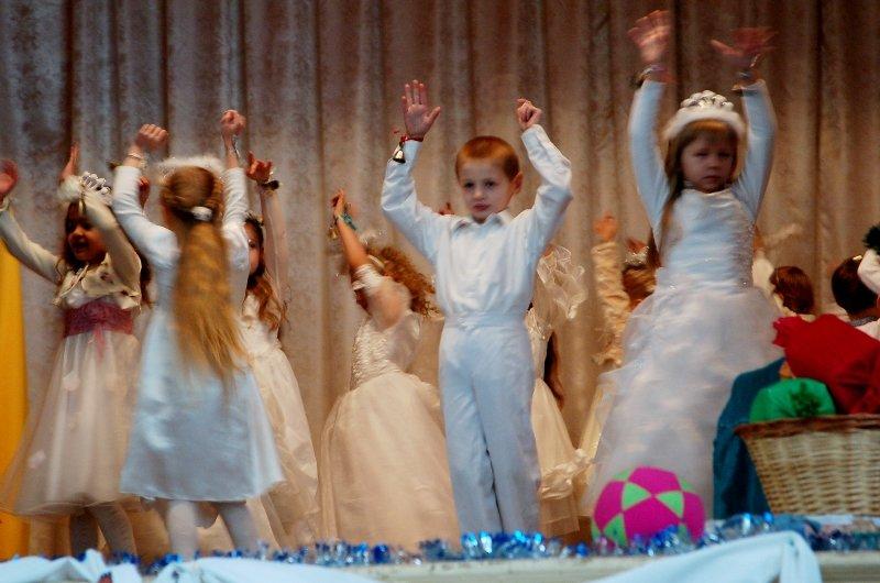 У Львові діти, які мають п'ять та більше братиків та сестричок, отримали від Святого Миколая подарунки (ФОТОРЕПОРТАЖ) (фото) - фото 3