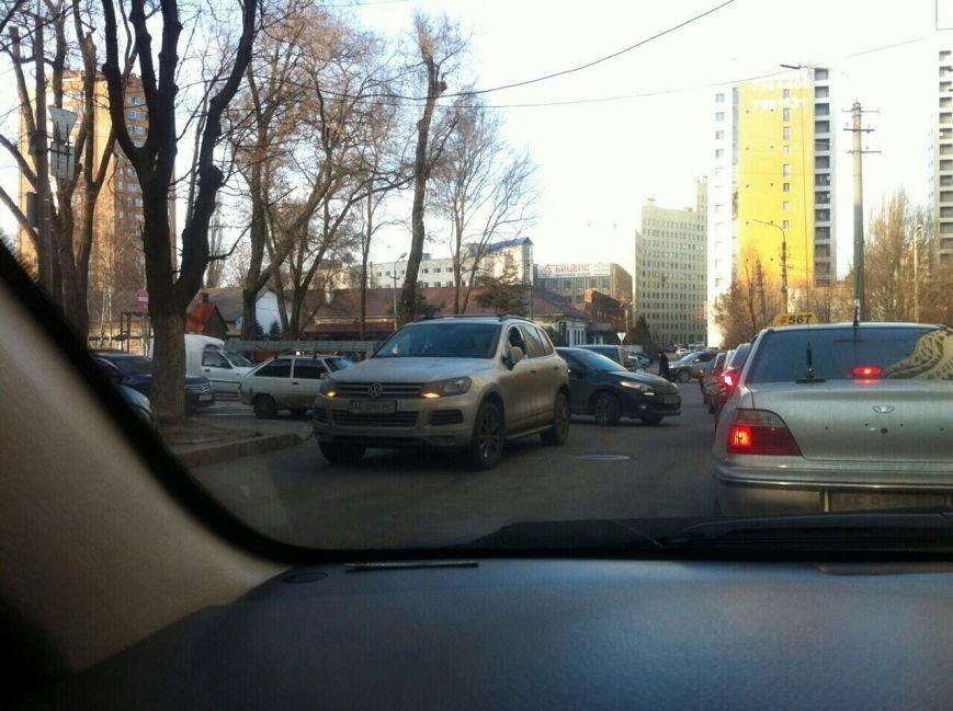В Днепропетровске разбили стекло в машине из-за чего стоит все движение (фото) - фото 1