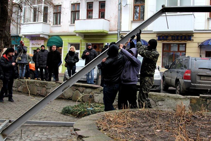 Кілька молодих чоловіків знищили забудову дитячого майданчика у центрі Тернополя (фото) (фото) - фото 1