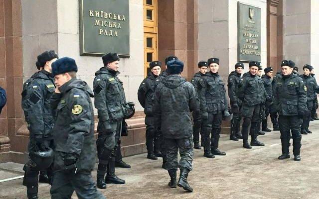 Под КГГА киевляне митинговали против повышения стоимости проезда в метро (ФОТО) (фото) - фото 1