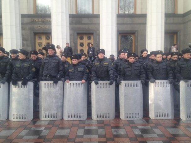 Под зданием Верховной рады проходит многолюдный митинг (фото) - фото 1