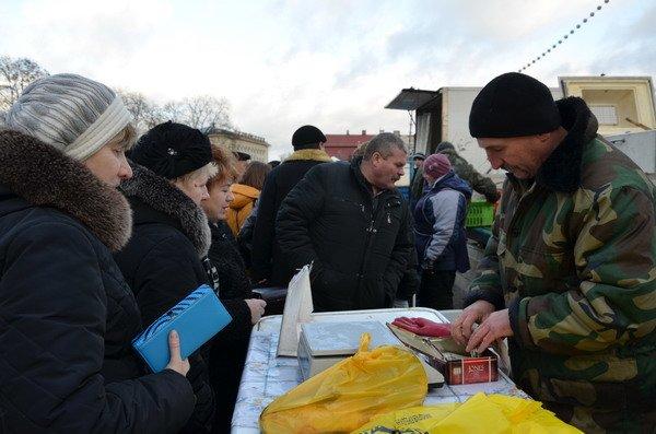 Фоторепортаж: новогодняя ярмарка в центре Гродно собирает большие очереди, фото-2