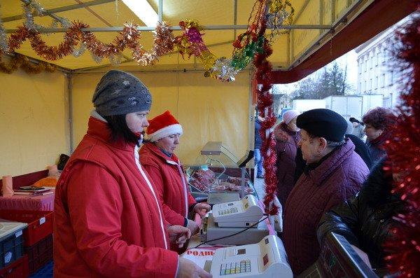 Фоторепортаж: новогодняя ярмарка в центре Гродно собирает большие очереди, фото-3