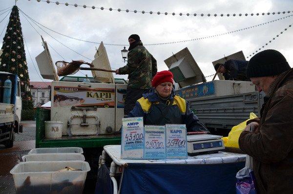 Фоторепортаж: новогодняя ярмарка в центре Гродно собирает большие очереди, фото-13