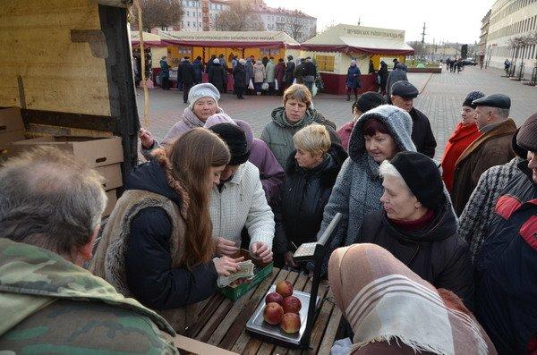 Фоторепортаж: новогодняя ярмарка в центре Гродно собирает большие очереди, фото-6