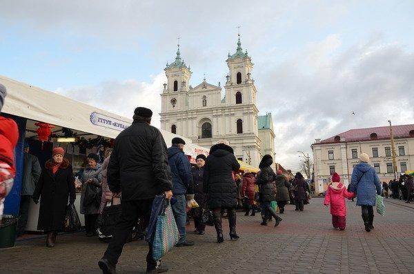 Фоторепортаж: новогодняя ярмарка в центре Гродно собирает большие очереди, фото-17