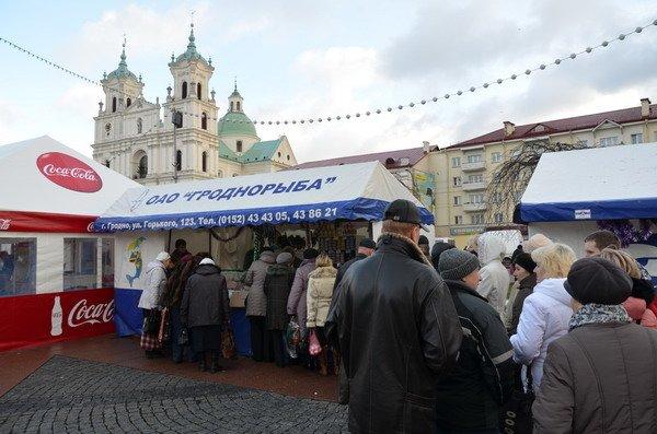 Фоторепортаж: новогодняя ярмарка в центре Гродно собирает большие очереди, фото-9