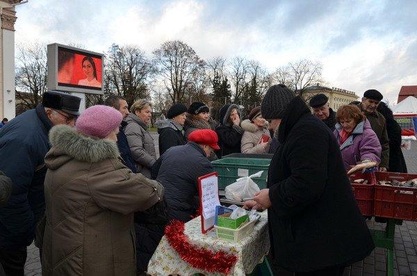 Фоторепортаж: новогодняя ярмарка в центре Гродно собирает большие очереди, фото-12