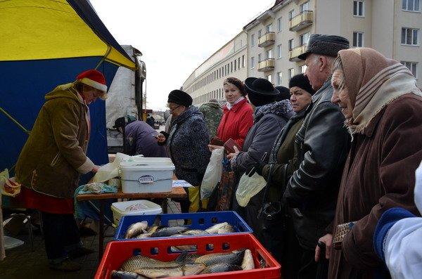 Фоторепортаж: новогодняя ярмарка в центре Гродно собирает большие очереди, фото-11