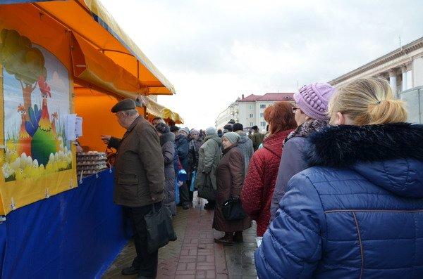 Фоторепортаж: новогодняя ярмарка в центре Гродно собирает большие очереди, фото-1