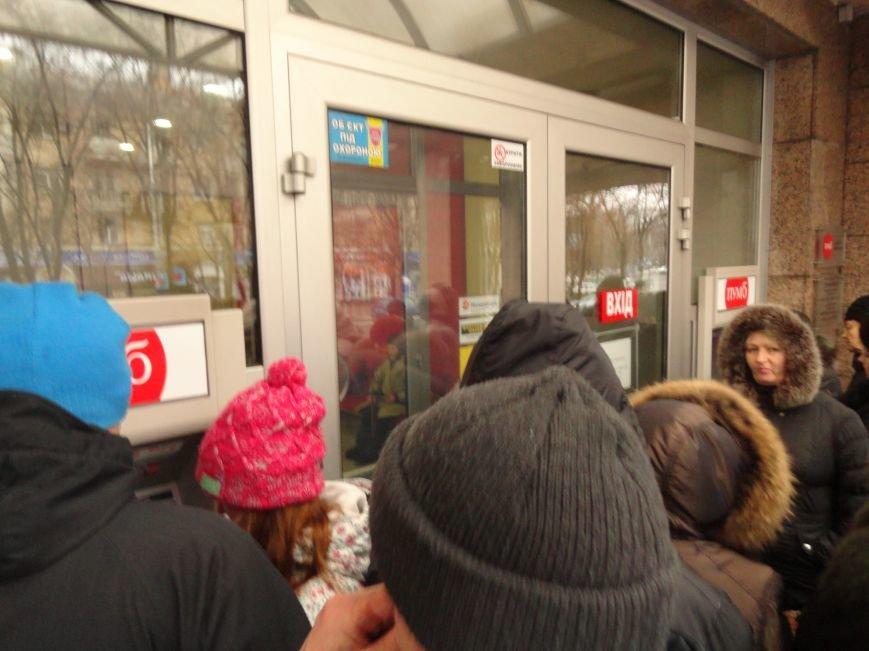 В Мариуполе парализовало работу банка ПУМБ (ФОТОФАКТ) (фото) - фото 1