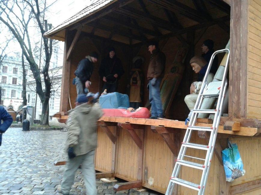 У Львові почали зводити Різдвяну Шопку (ФОТО) (фото) - фото 1