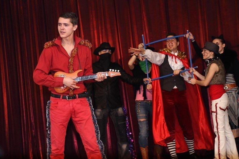 Под Новый год запорожские волонтеры привезли в интернат сказку (фото) - фото 3