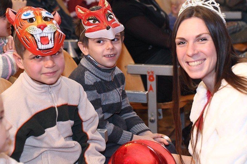 Под Новый год запорожские волонтеры привезли в интернат сказку, фото-7
