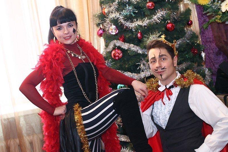Под Новый год запорожские волонтеры привезли в интернат сказку (фото) - фото 2