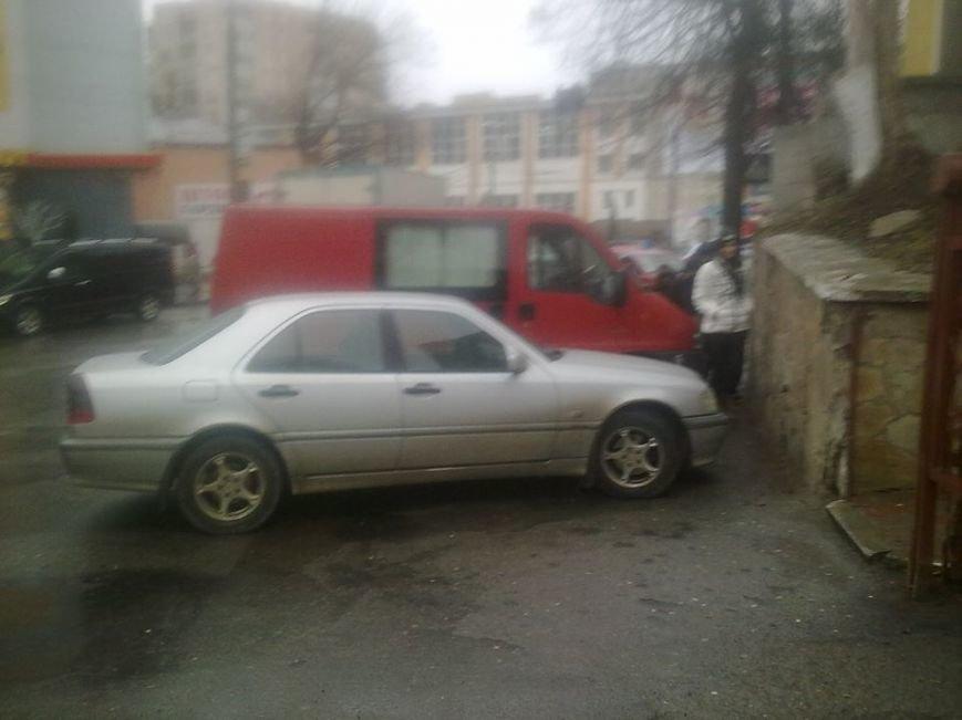 Тернопільські водії перегородили прохід до районної поліклініки (фото) (фото) - фото 1