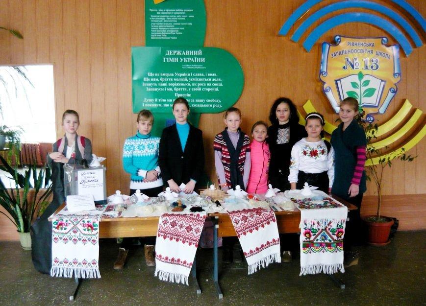 Рівненські школярі провели благодійний ярмарок на підтримку військових (фото) - фото 1