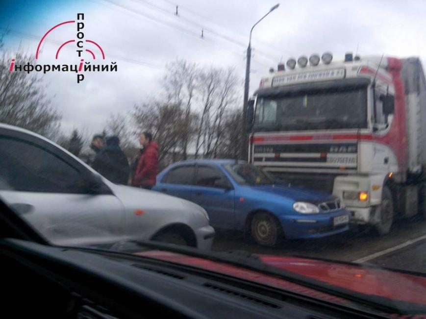 Неподалік Тернополя легковик «вліз» під фуру (фото) (фото) - фото 1