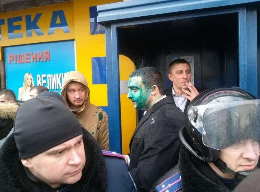 Около аптеки, где затаился Скоробагач, облили зеленкой охрану Кернеса (ФОТО), фото-1