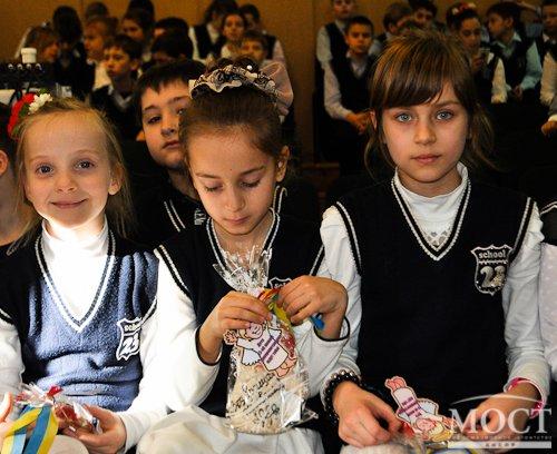 В Днепропетровске школьники вручили «киборгам» 1 тысячу пряников к Новому Году (фото) - фото 1