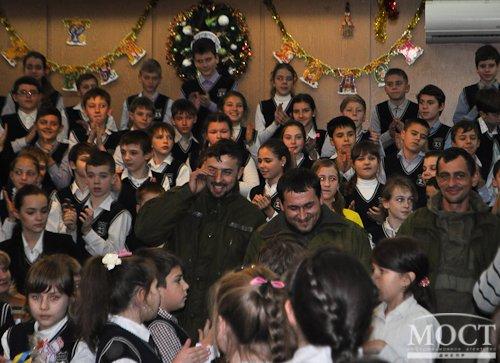 В Днепропетровске школьники вручили «киборгам» 1 тысячу пряников к Новому Году (фото) - фото 2