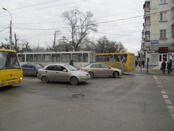 ФОТОФАКТ: В центре Симферополя обесточенный троллейбус перегородил перекресток (фото) - фото 1
