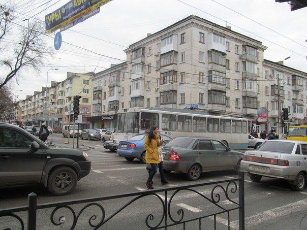ФОТОФАКТ: В центре Симферополя обесточенный троллейбус перегородил перекресток (фото) - фото 3