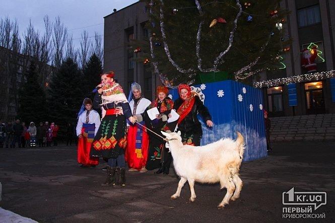 В Кривом Роге в день траура чиновники открыли елку с песнями и плясками, школьники записали новогодние поздравления бойцам (фото) - фото 3
