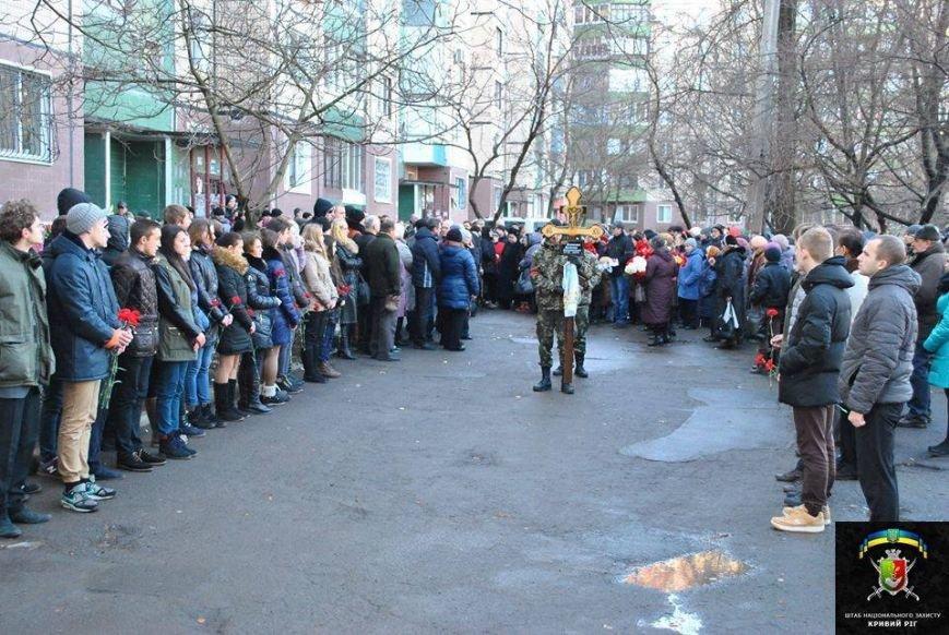 В Кривом Роге в день траура чиновники открыли елку с песнями и плясками, школьники записали новогодние поздравления бойцам (фото) - фото 2