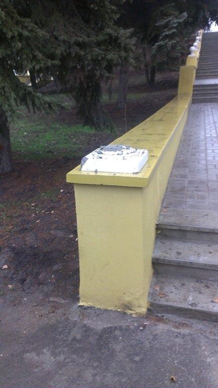 В мариупольском парке вандалы разломали украшение лестницы (ФОТО) (фото) - фото 1