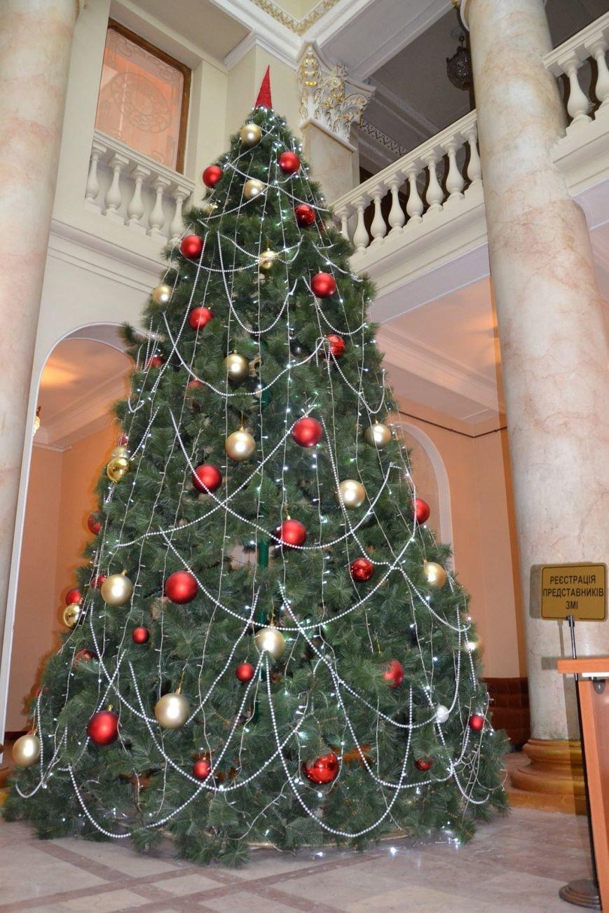 У Труханова пожалели голубую ель и поставили искусственную елку (ФОТО), фото-1