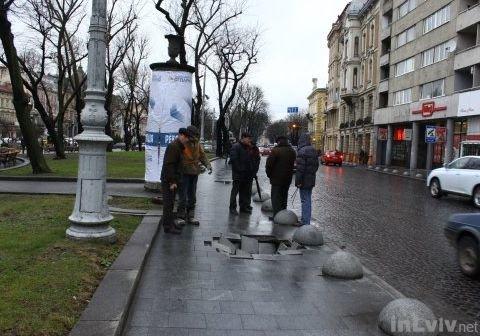Провал бруківки у центрі Львова ліквідували (ФОТО) (фото) - фото 1