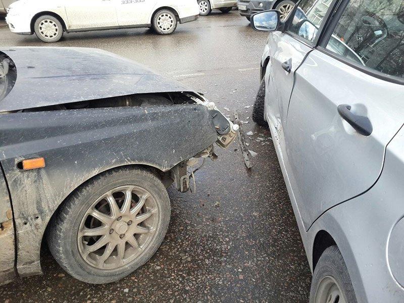 В Белгороде на улице Мичурина произошло сразу два ДТП, создавших заторы (фото) - фото 1