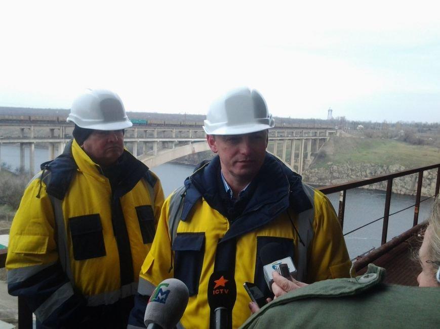 ФОТОРЕПОРТАЖ: Запорожские мосты дотянулись до середины Старого Днепра (фото) - фото 1