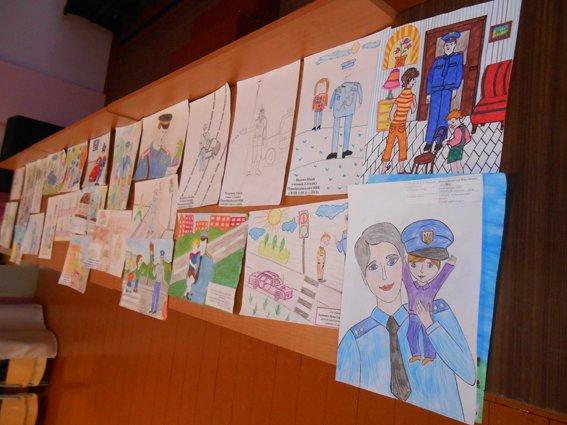 Міліціонери Дубровиччини нагородили цінними подарунками переможців конкурсу дитячих творчих робіт (фото) - фото 1