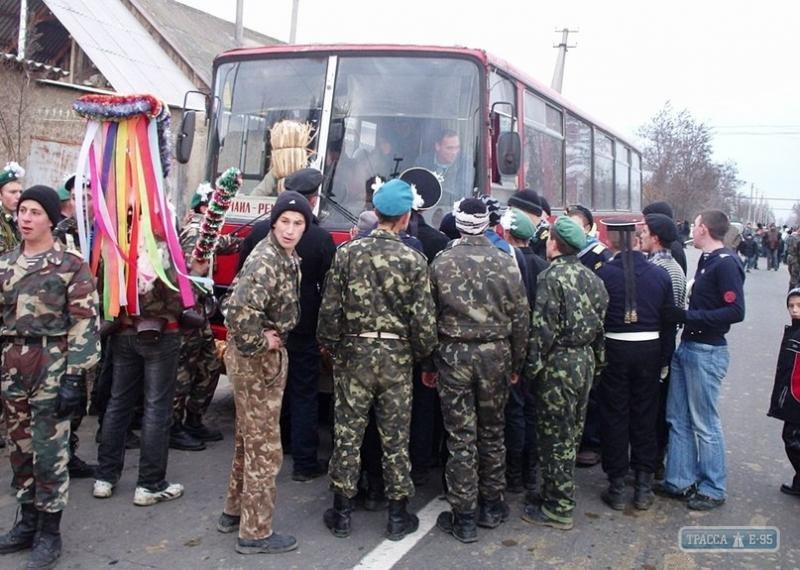 В Одесской области сельчане с шаманом перекрыли трассу и требуют выкуп с машин (ФОТО) (фото) - фото 1