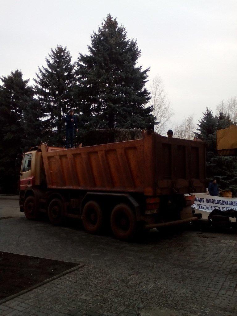 Под здание горисполкома Кривого Рога неожиданно привезли гранитные блоки для создания памятника (ФОТО) (фото) - фото 1