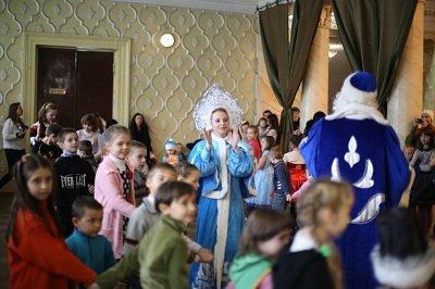 Итоги благотворительного аукциона в Макеевке подвели новогодним утренником (фото) - фото 2