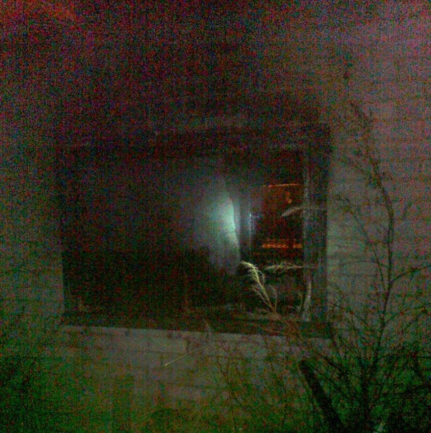 На территории горящей усадьбы спасатели обнаружили тело повешенного (фото) - фото 1
