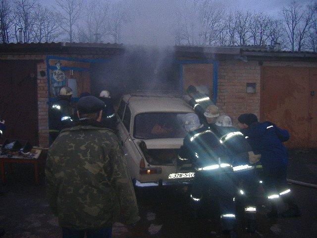 На Кировоградщине спасатели потушили пожар в гараже и спасли автомобиль (фото) (фото) - фото 1
