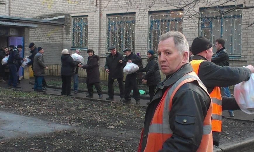 Авдеевцы получают гуманитарную помощь от Фонда Рината Ахметова (фото) - фото 1