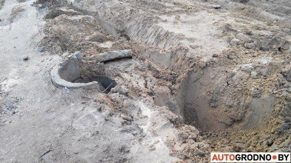 В Гродно груженный МАЗ угодил в открытый люк - грузовик вытаскивал кран (Фото), фото-4